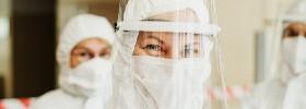 operatore sanitario con tuta e visiera