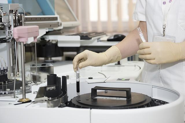 operatore sanitario intento nel lavoro di sperimentazione clinica