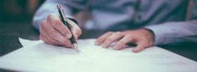 L'immagine mostra un uomo che sta firmando un contratto